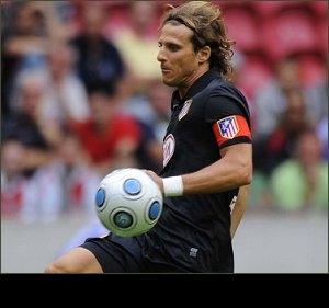 Ex-Man Utd striker Forlan announces retirement