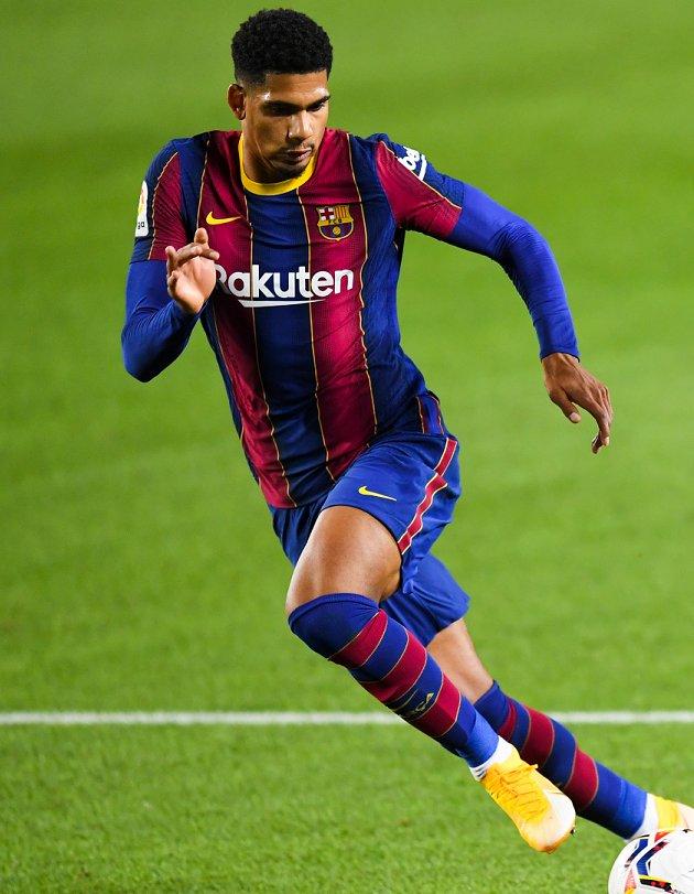 Barcelona defender Araujo: Koeman must stay